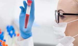 лаборант и пробирка с кровью