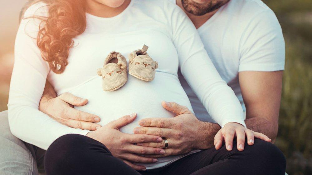 Картинка с беременной женщиной и мужчиной
