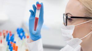 медик и пробирка с кровью